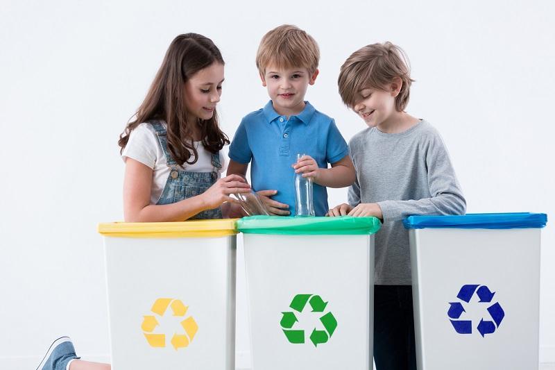 Dzieci segregują śmieci