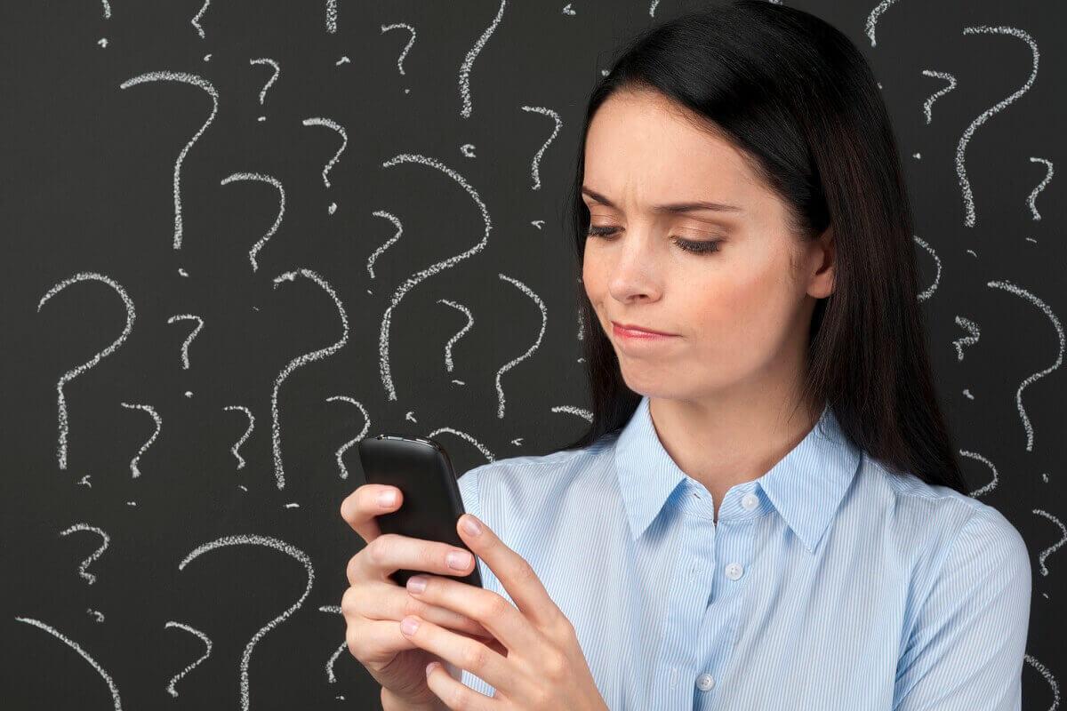kobieta szuka w internecie